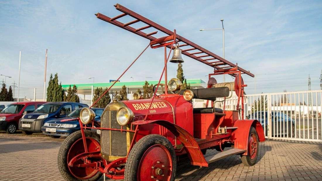 Standaufnahme eines Laffly-Feuerwehr-Fahrzeugs von schräg vorn