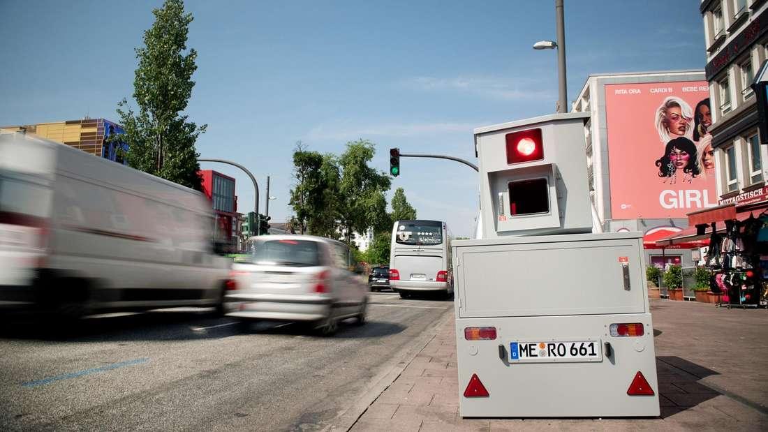 Ein Tempomessgerät der Hamburger Polizei wurde am Rande der Reeperbahn aufgebaut.