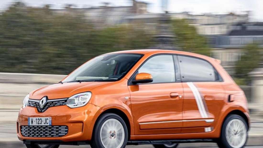 Fahraufnahme eines orangfarbenen Renault Twingo Electric