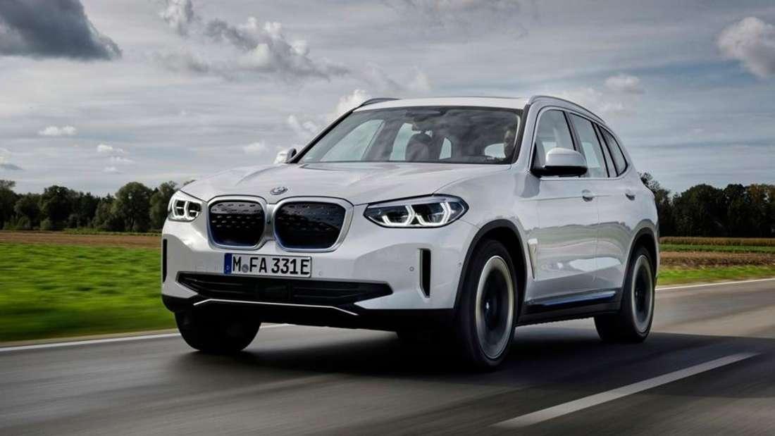 Fahraufnahme eines weißen BMW iX3