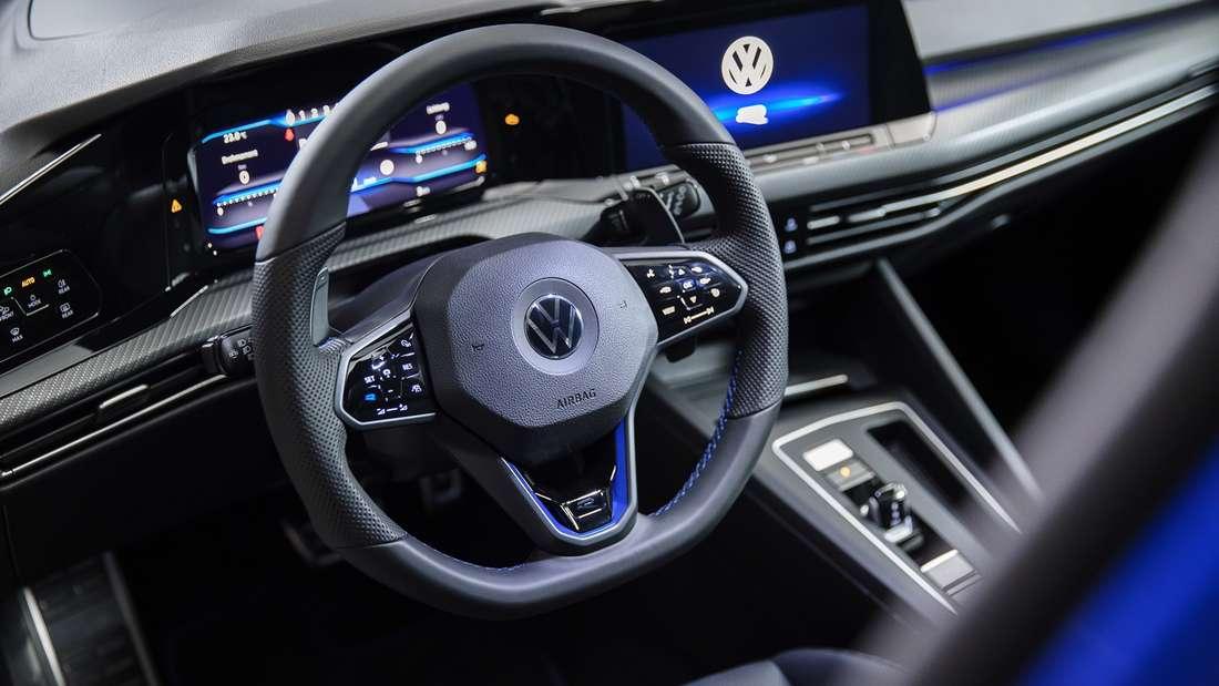 Blick auf das Cockpit eines VW Golf R