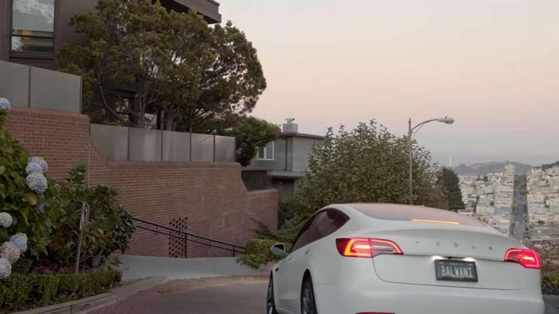 Ein weißes Tesla Model S befährt die berühmte Lombard Street in San Francisco.