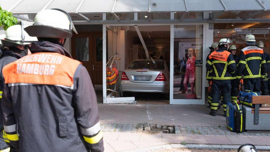 Mercedes-Benz C-Klasse ist in eine Boutique in der Hamburger Waitzstraße hineingefahren.