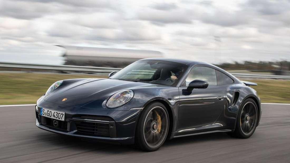 Fahraufnahme eines blauen Porsche 911 Turbo Coupé