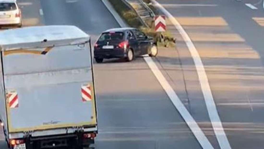 Ein schwarzer Peugeot 206 blockiert beim Versuch, eine verpasste Ausfahrt zu nehmen, die Autobahn A2 bei Dortmund.