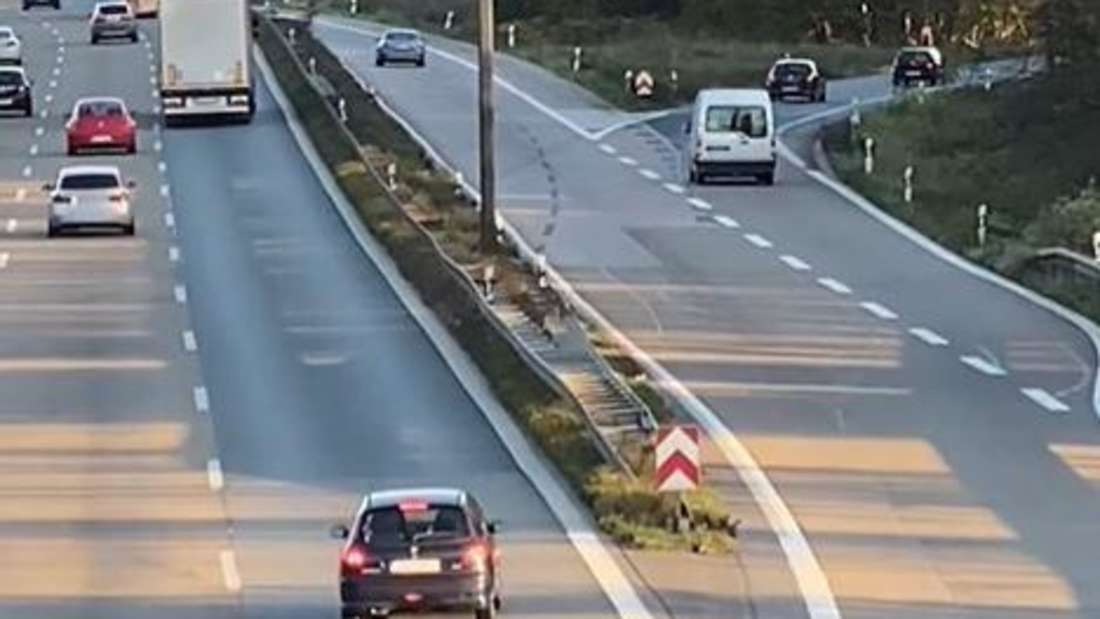Ein schwarzer Peugeot 206 ist an einer Ausfahrt der Autobahn A2 bei Dortmund vorbeigefahren.