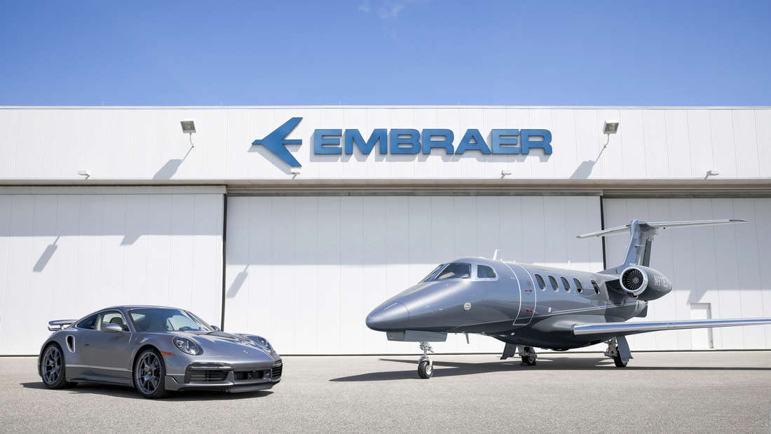 """Ein Porsche 911 Turbo """"Duet"""" und eine Embraer Phenom 300E"""