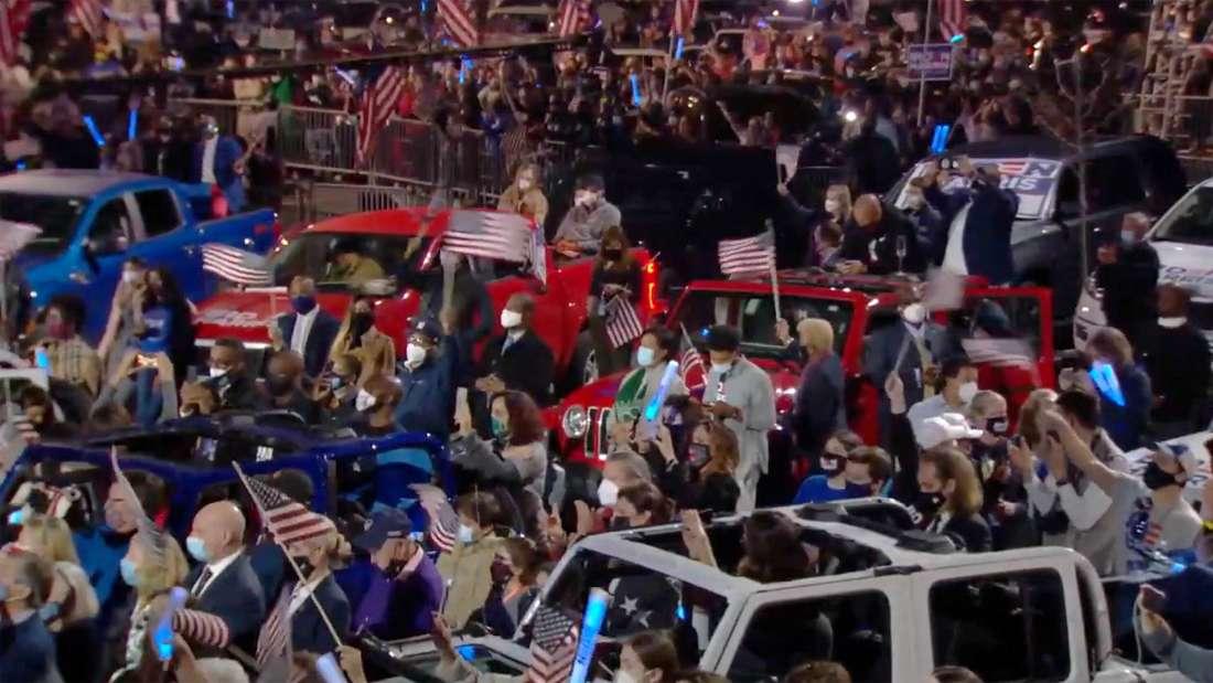 Publikum vor der Bühne vor dem Hauptquartier des demokratischen Wahlkampfteams in Wilmington