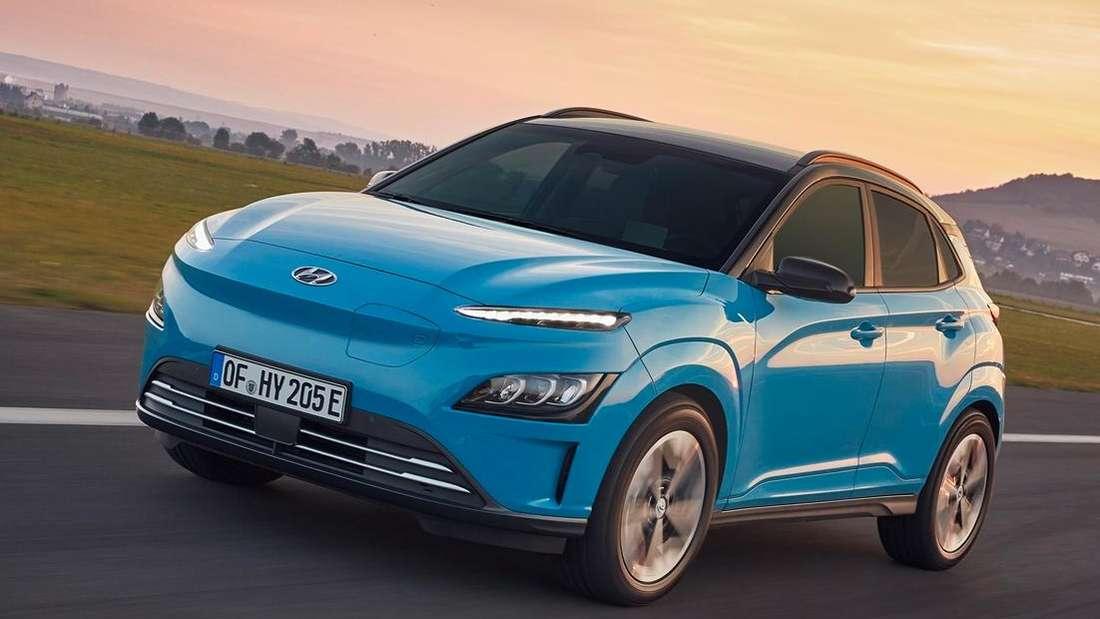 Fahraufnahme eines blauen Hyundai Kona Electric