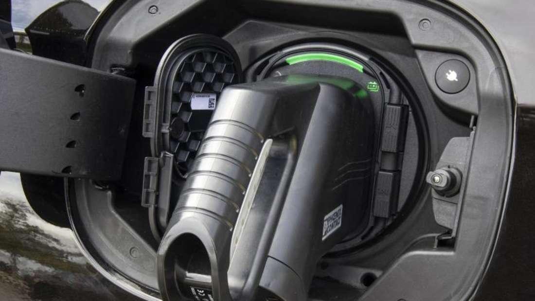 Ladekabel in der Ladebuchse eines Plug-in-Hybrid-Fahrzeugs