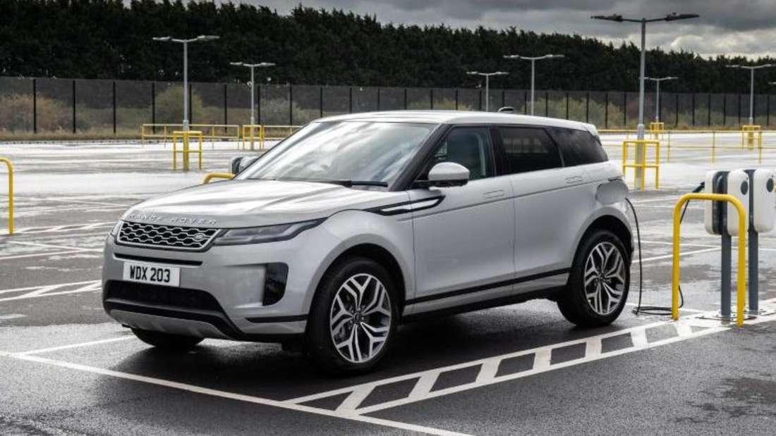 Ein Range Rover Evoque Plug-in-Hybrid steht an einer Ladestation und lädt Strom.