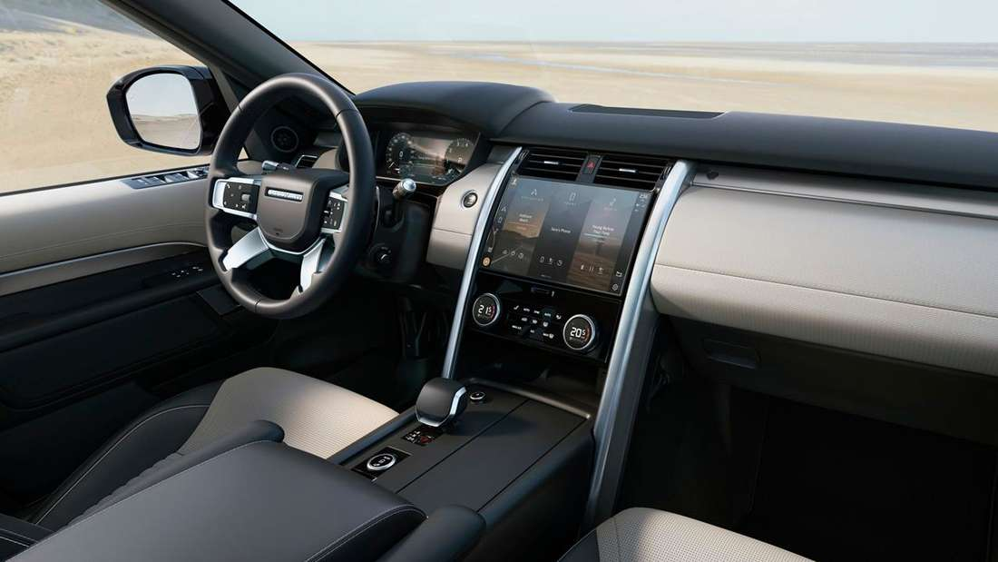 Blick in den Innenraum eines Land Rover Discovery.