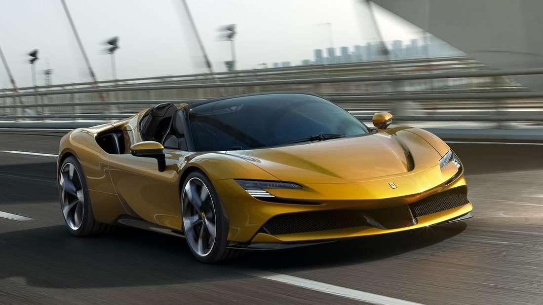 Fahraufnahme eines goldfarbenen Ferrari SF90 Spider