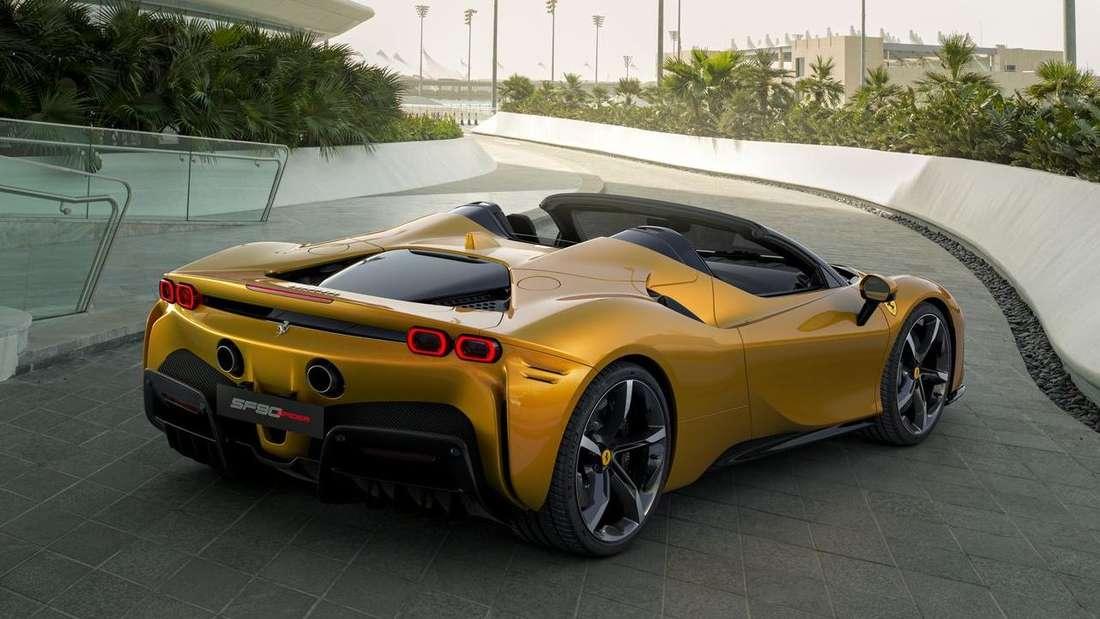 EIn goldfarbener Ferrari SF90 Spider
