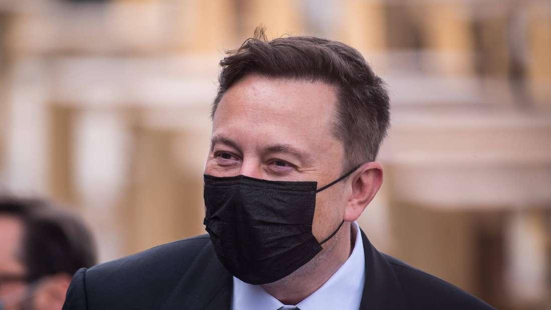 Tesla-CEO Elon Musk trägt einen Mund-Nasen-Schutz.