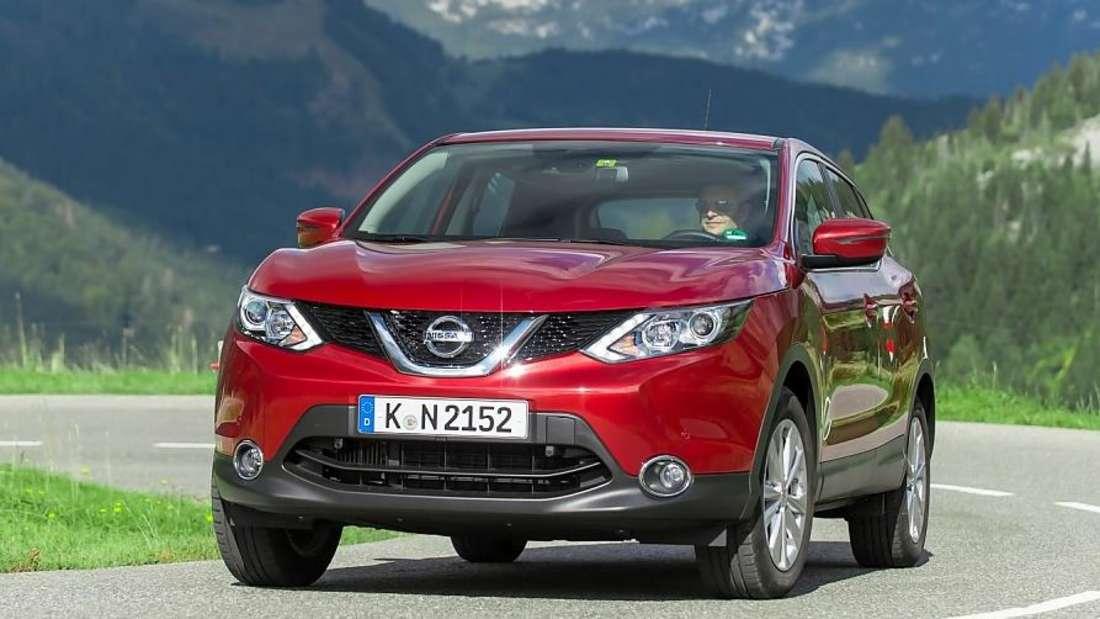 Fahraufnahme eines roten Nissan Qashqai der zweiten Generation