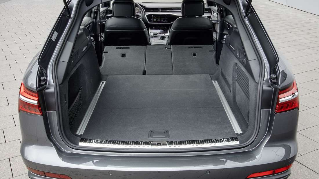 Blick in das Fahrzeugheck des  Audi A6 Avant 55 TFSI quattro.