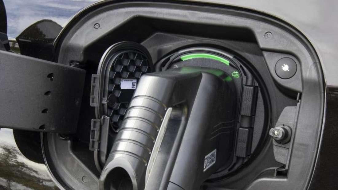 Ladekabel in der Ladebuchse eines Plug-in-Hybrid-Fahrzeugs.