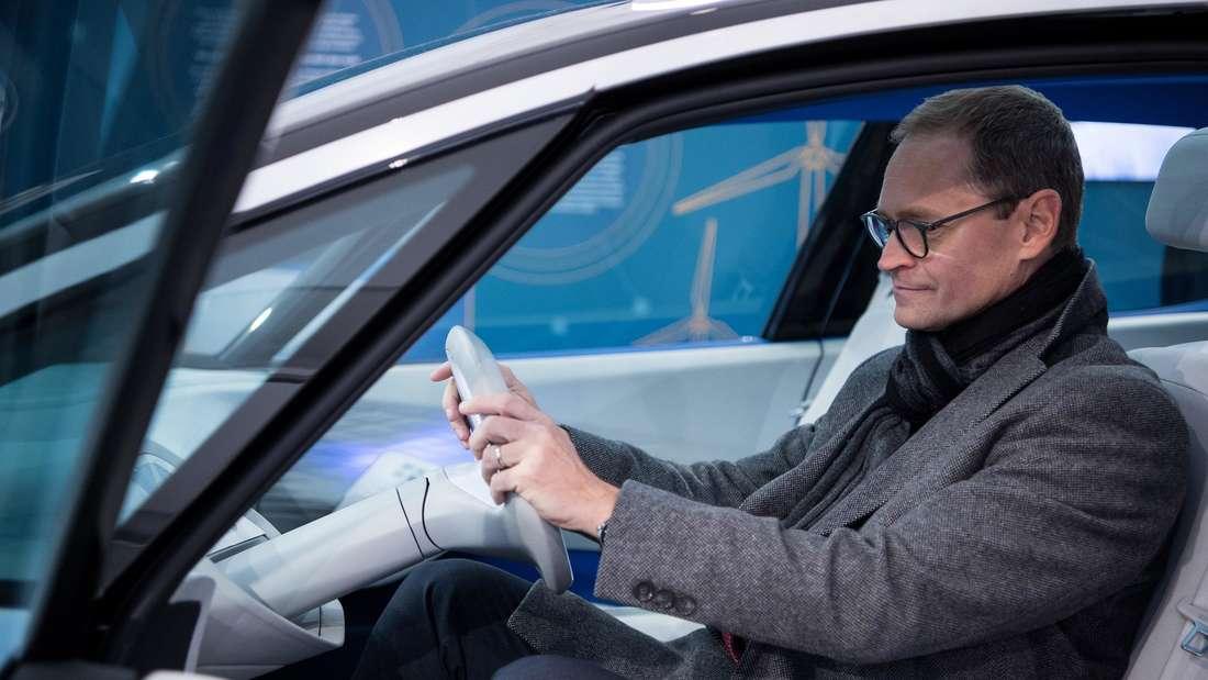 Michael Müller (SPD), Regierender Bürgermeister von Berlin, sitzt in einem Concept ID-Auto von Volkswagen. (Symbolbild)