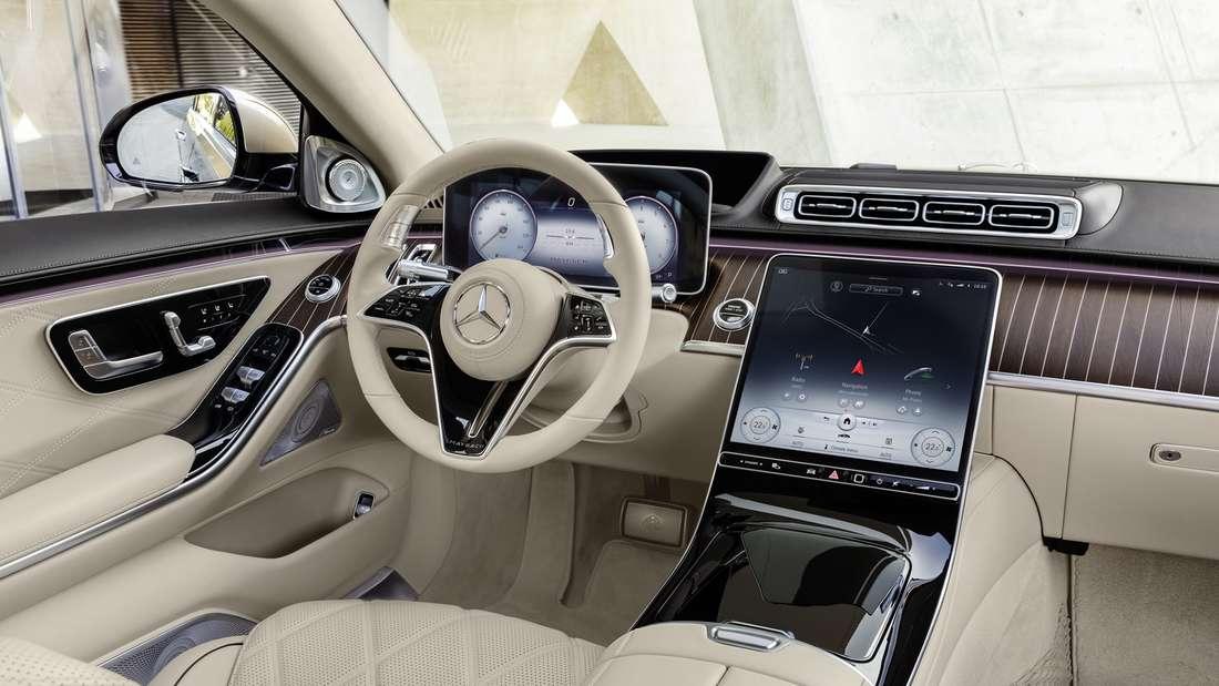 Blick auf das Cockpit der Mercedes-Maybach S-Klasse