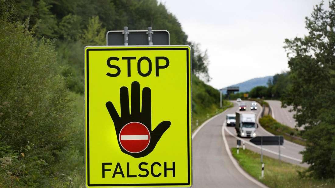 Ein Warnschild an der B 29 für Falschfahrer.