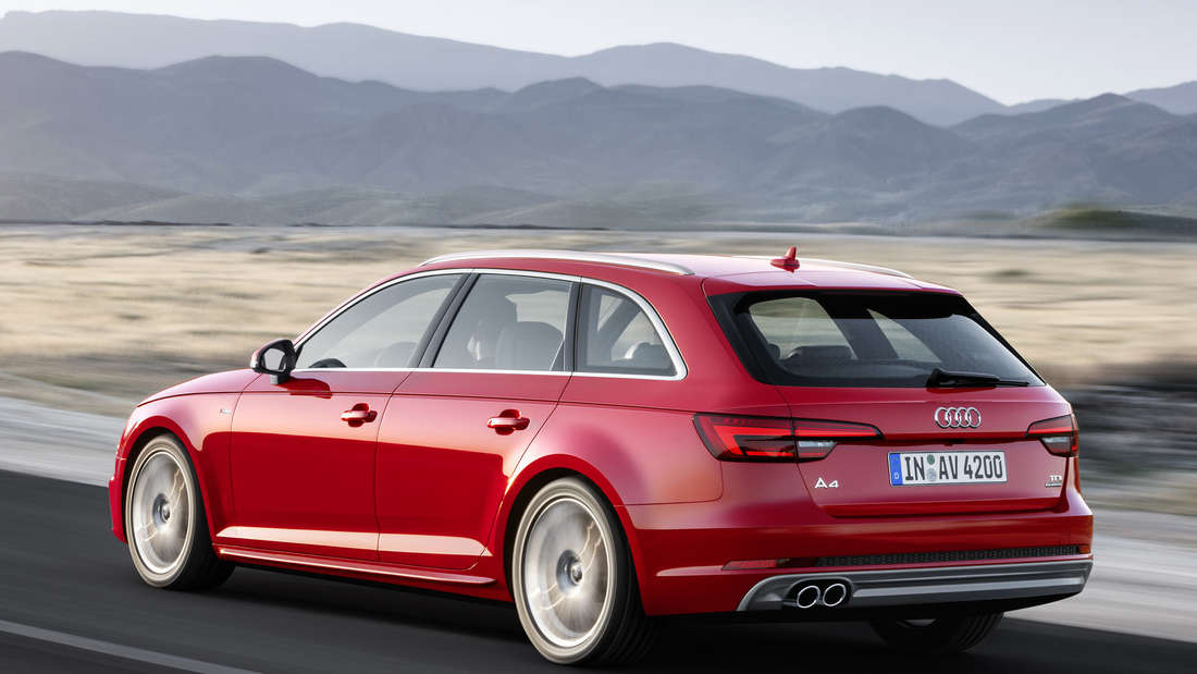 Ein roter Audi A4 Avant 2.0 TDI Quattro S line fährt auf einer Landstraße.