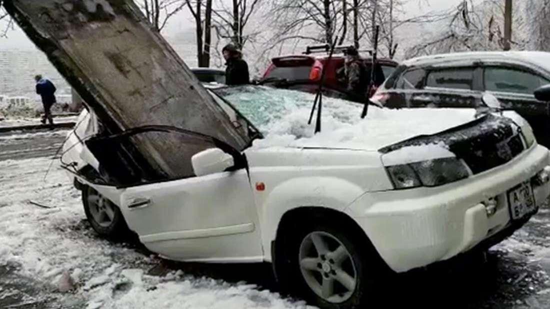 Ein weißer Nissan X-Trail wurde von einer Betonplatte zertrümmert.