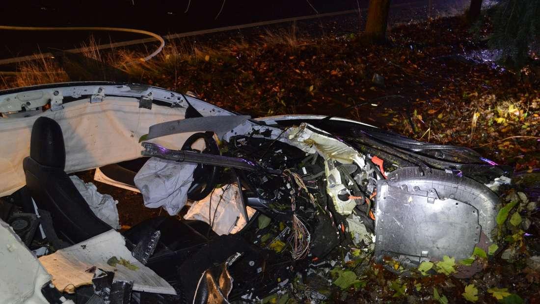 Ein durch einen Unfall vollständig zerstörtes Tesla Model 3 Elektroauto