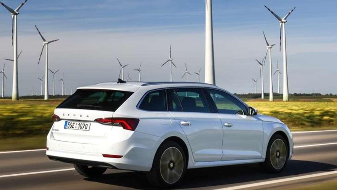 Fahraufnahme eines Škoda Octavia Combi iV von schräg hinten