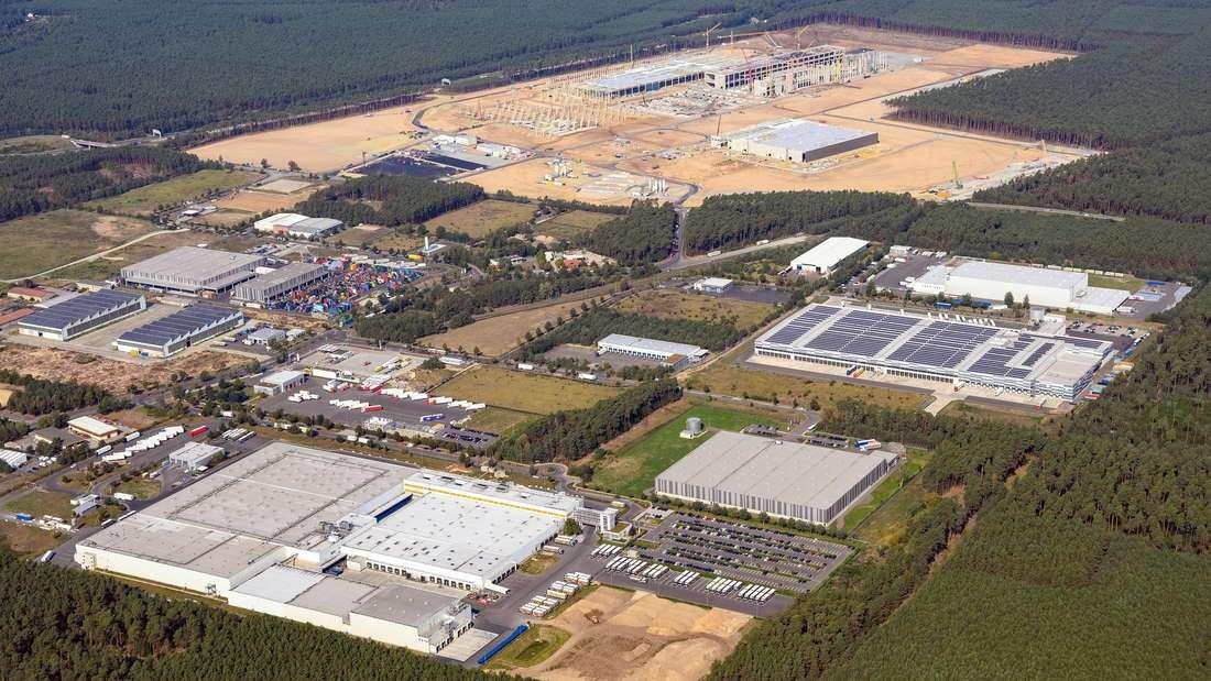 Eine Luftaufnahme der Baustelle der Tesla Gigafactory Berlin-Brandenburg in Grünheide