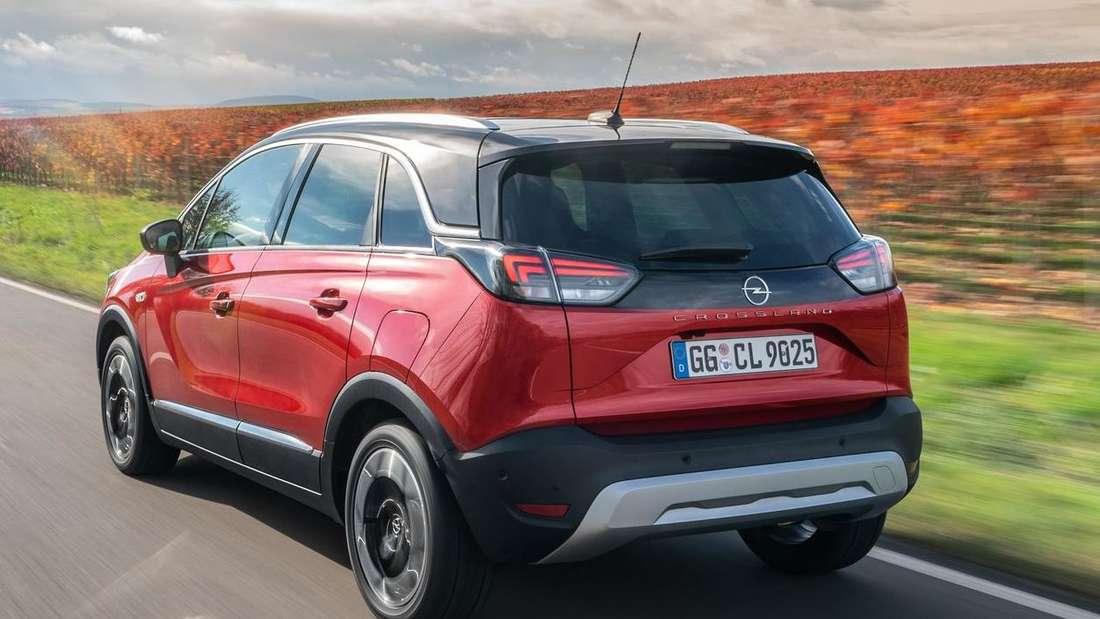 Fahraufnahme eines Opel Crossland von schräg hinten