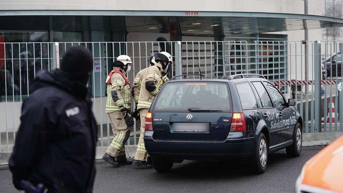 Zwei Feuerwehrleute kümmern sich um einen verunfallten VW Golf IV Variant.