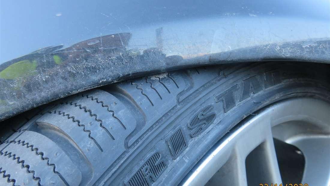 Ein montierter Reifen berührt den Kotflügel eines Audi A4.
