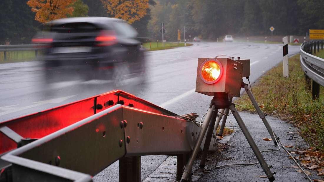 Ein mobiles Blitzgerät fotografiert an einer Bundesstraße. (Symbolbild)