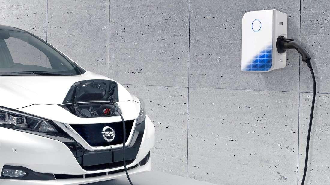 Ein Nissan Leaf ist per Ladekabel mit einer Wallbox verbunden.