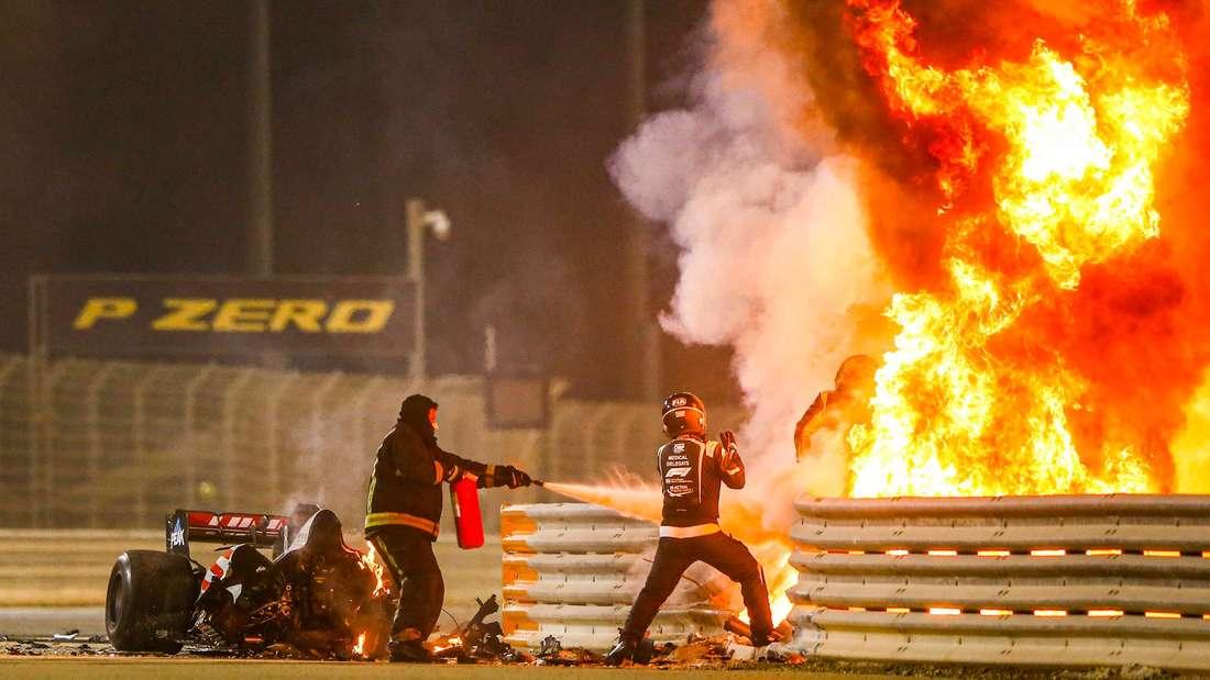 Rettungskräfte helfen Romain Grosjean beim Großen Preis von Bahrain, aus den Flammen zu entkommen.
