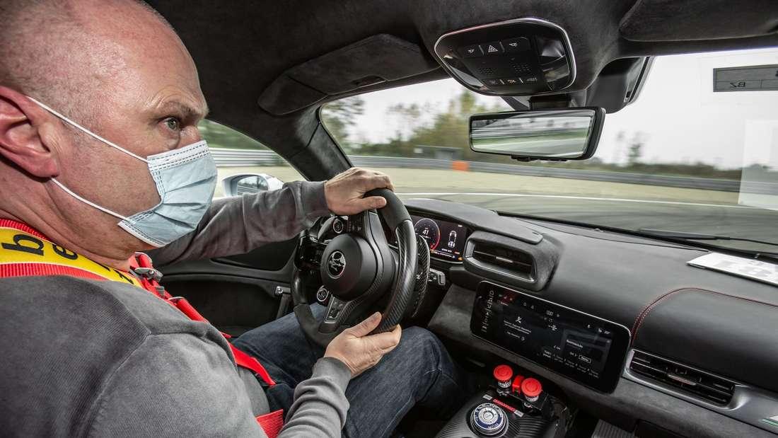 Ein Mann sitzt am Steuer des Maserati MC20.