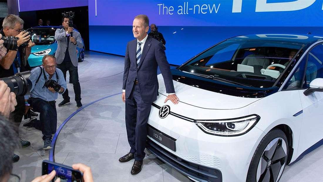 Der VW-Vorstandsvorsitzende Herbert Diess steht bei einer Präsentation vor einem VW ID.3.