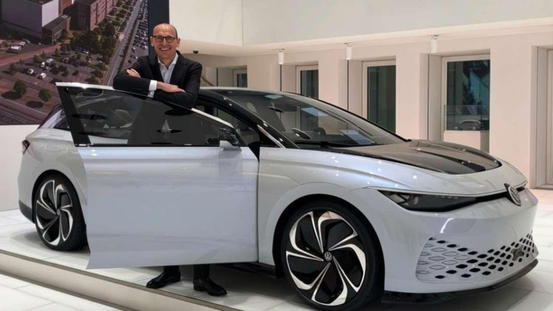 VW-Pkw-Chef Ralf Brandstätter steht vor einem Prototypen des elektrischen VW Aero B.