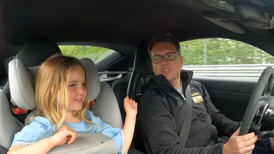 Analiese und ihr Vater Robert Mitchell fahren im Porsche 718 Cayman GTS über den Nürburgring.