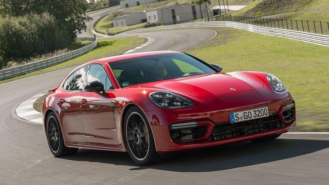 Ein Porsche Panamera GTS auf der Rennstrecke