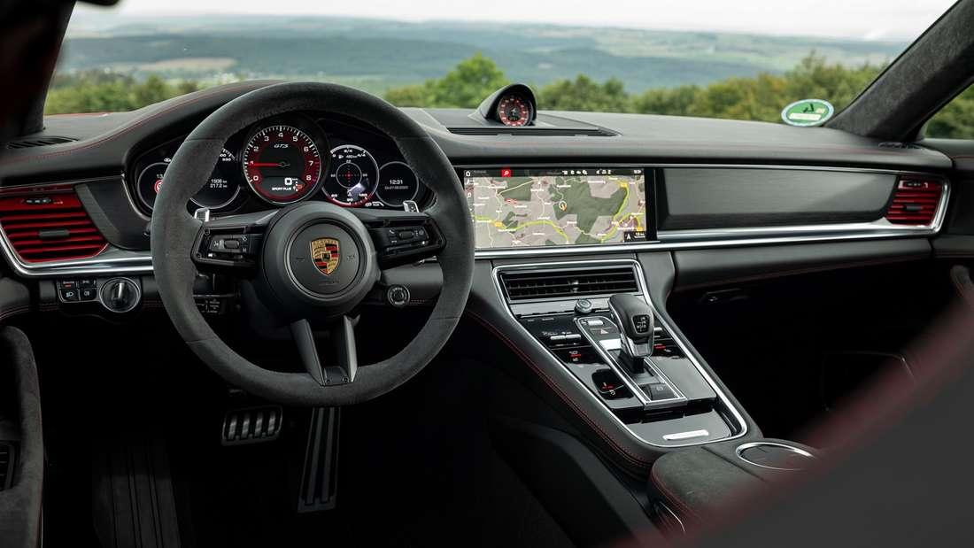 Blick ins Cockpit des Porsche Panamera GTS