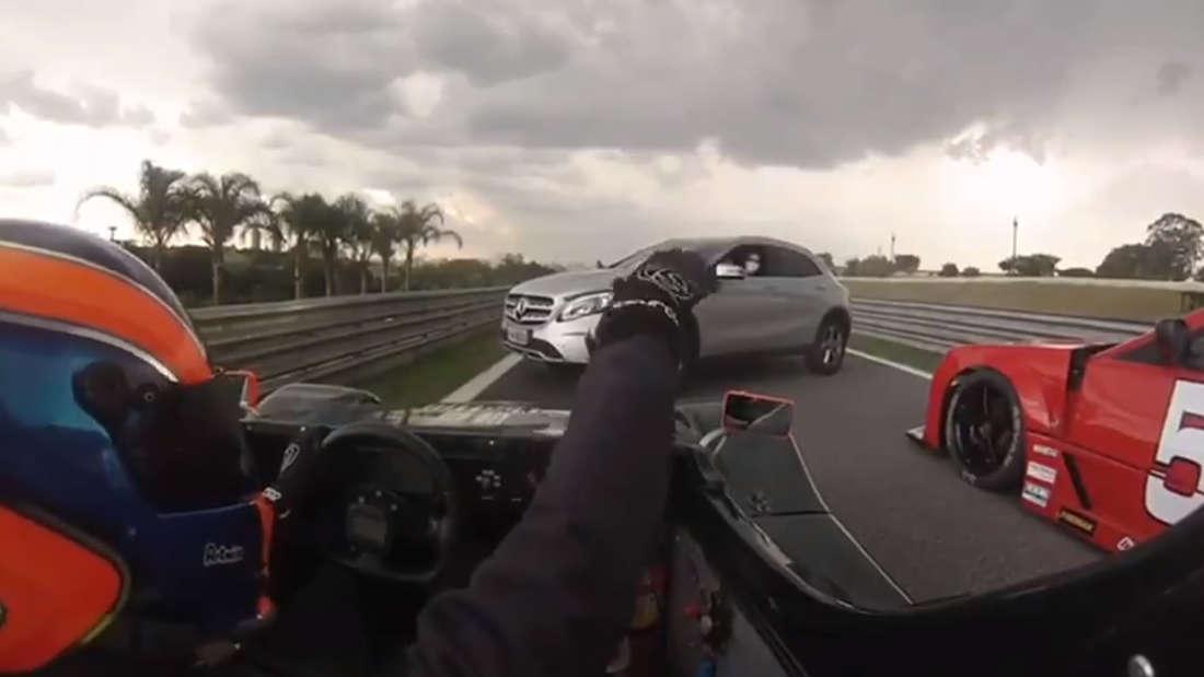 Ein Mercedes-Benz GLA SUV blockiert zwei Rennfahrer auf der brasilianischen Rennstrecke von Interlagos.