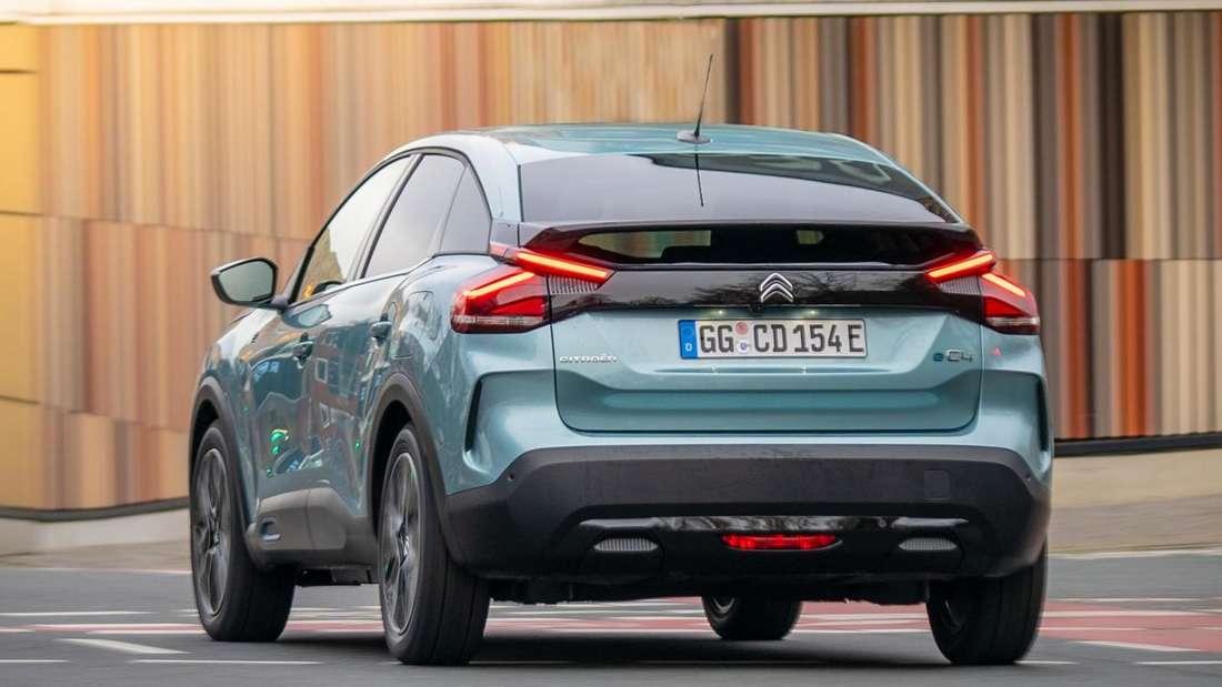 Fahraufnahme eines blauen Citroën ë-C4