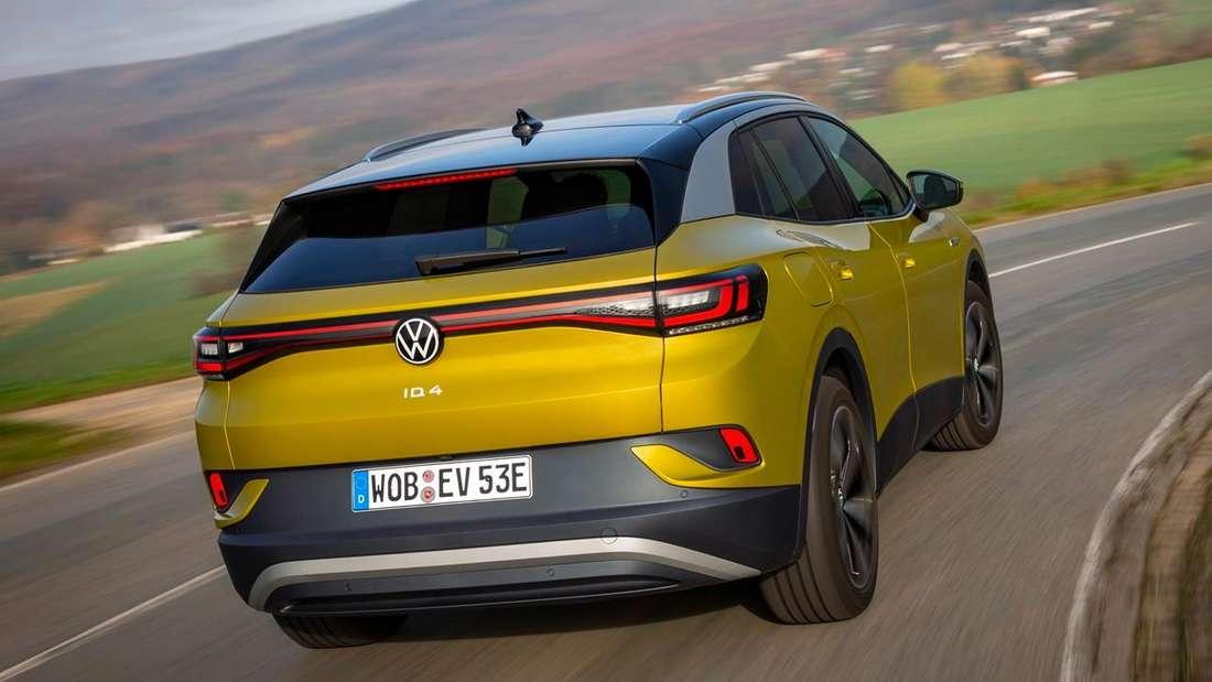 Fahraufnahme eines gelben VW ID.4