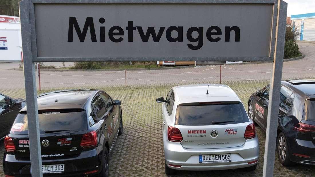 Ein Hinweisschild auf Mietwagen