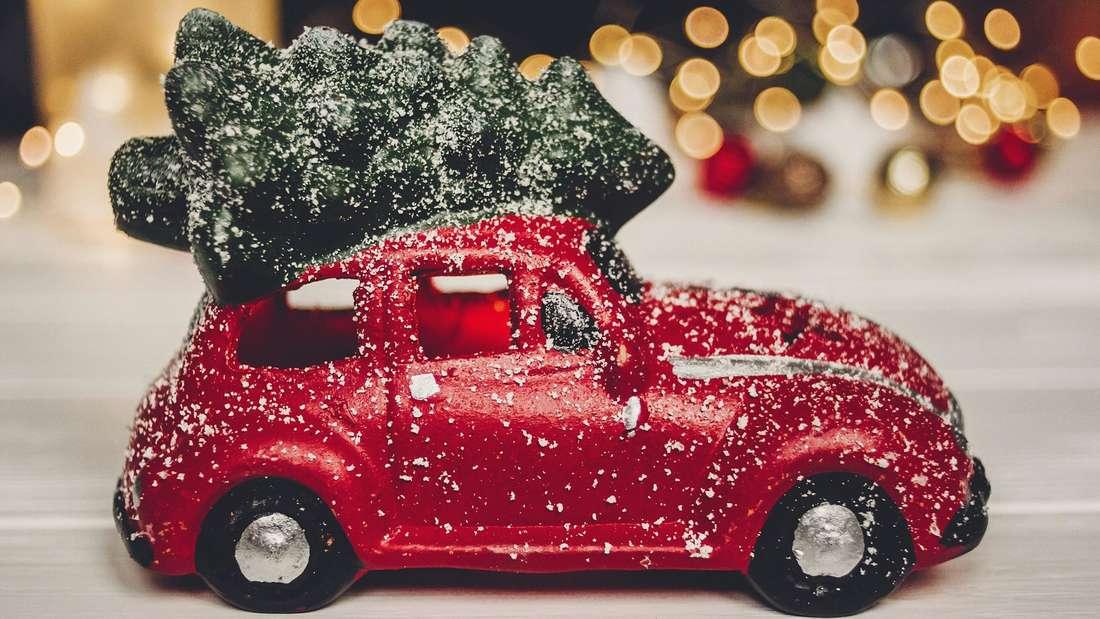 Ein rotes Spielzeugauto mit Weihnachtsbaum auf dem Dach (Symbolbild)