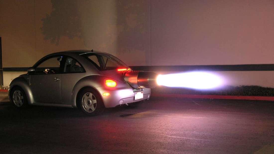 Der VW Beetle in der Nacht mit laufender Turbine