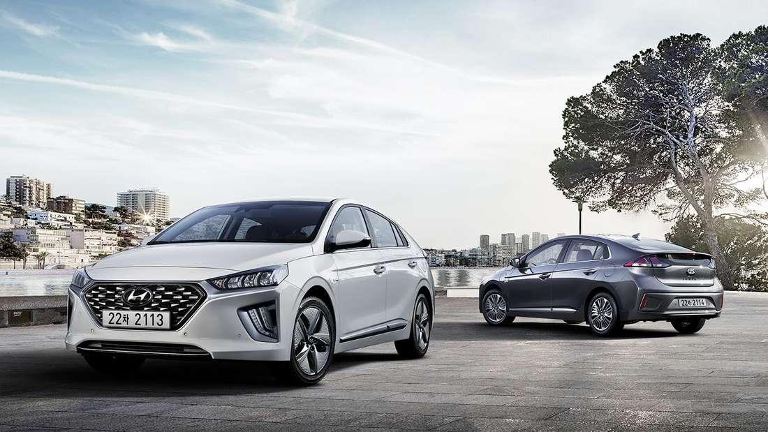 Ein Hyundai Ioniq steht auf einem Parkplatz vor der Kulisse einer Großstadt.