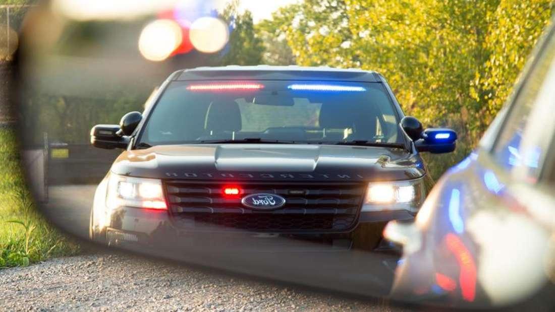 Ein Ford Explorer Police Interceptor Utility Vehicle im Rückspiegel eines anderen Fahrzeugs